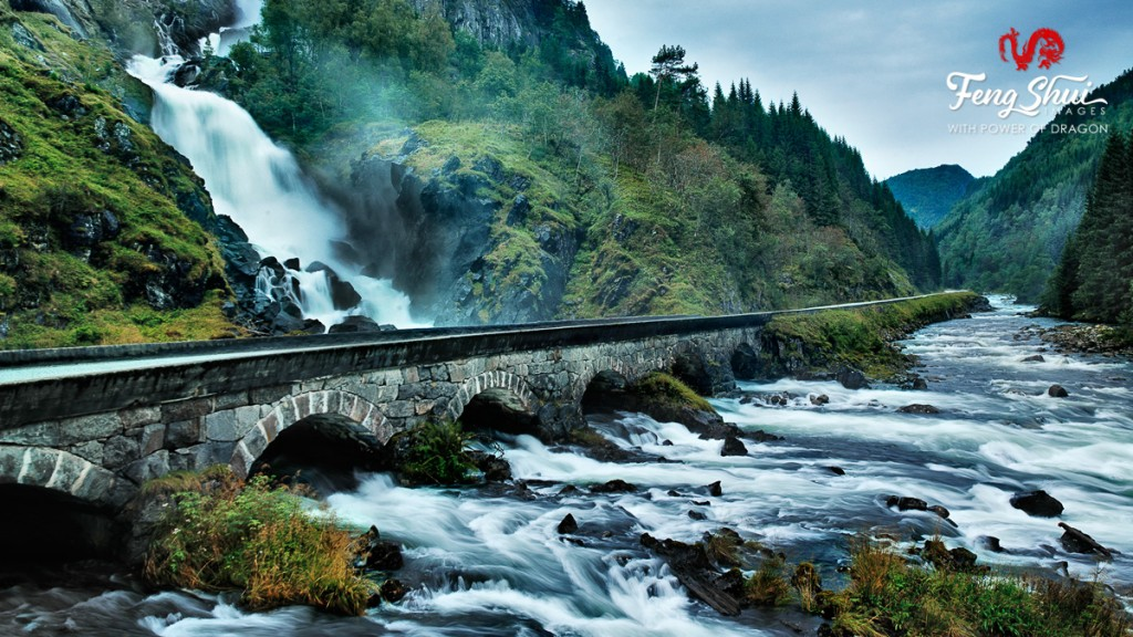 Waterfall-Latefossen-with-bridge